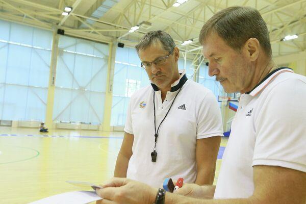 Главный тренер мужской сборной России по баскетболу Сергей Базаревич (слева) и помощник главного тренера Борис Соколовский