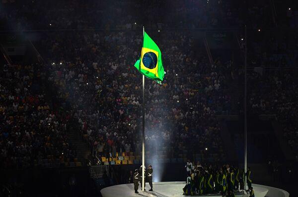 Поднятие национального флага Бразилии на церемонии открытия XXXI летних Олимпийских игр в Рио-де-Жанейро
