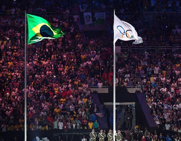 Национальный флаг Бразилии и Олимпийский флаг
