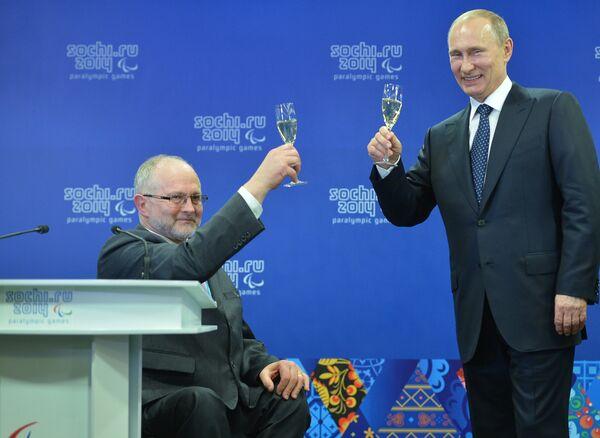 Президент РФ Владимир Путин (справа) и президент Международного паралимпийского комитета (МПК) сэр Филип Крейвен