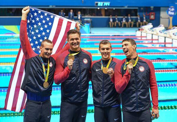 Американские пловцы Калеб Дрессел, Натан Эдриан, Райан Хелди и Майкл Фелпс (слева направо), завоевавшие золотые медали в эстафете 4х100 м вольным стилем