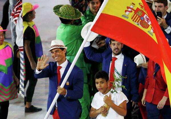 Пятый номер мирового рейтинга теннисист Рафаэль Надаль c флагом Испании