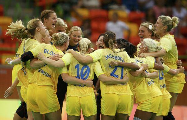 Гандболистки сборной Швеции радуются победе