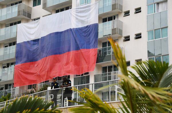 Флаг сборной России на одном из зданий в Олимпийской деревне в Рио-де-Жанейро