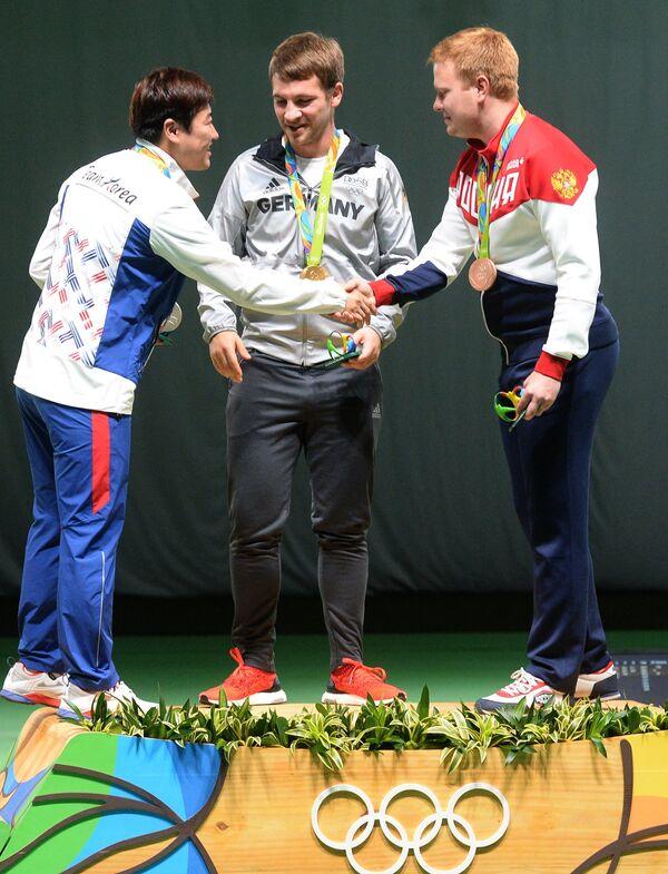 (слева направо): Ким Джон Хён (Южная Корея) - серебряная медаль, Хенри Юнгхенель (Германия)