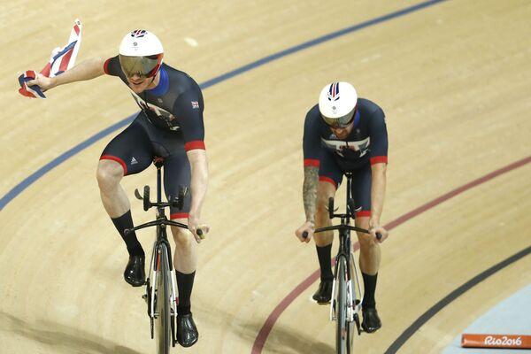 Британские велогонщики Эдвард Клэнси и Брэдли Уиггинс (слева направо)