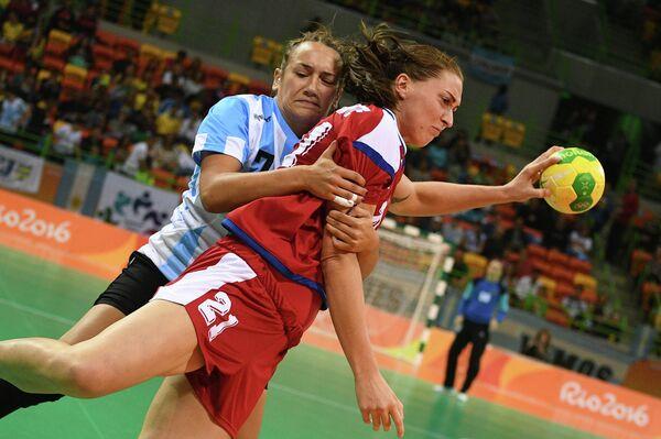 Гандболистка сборной России Виктория Жилинскайте (справа) и гандболистка сборной Аргентины Рочо Кампильи