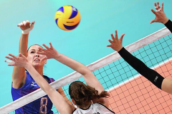 Наталия Гончарова (слева)