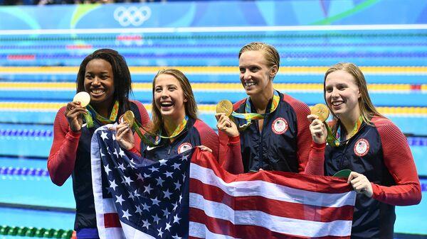 Женская сборная США по плаванию. Слева направо: Симоне Мануэль, Кэтлин Бейкер, Дана Воллмер, Лилли Кинг
