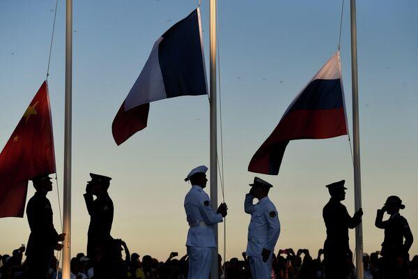 Поднятие флагов Франции, КНР и России