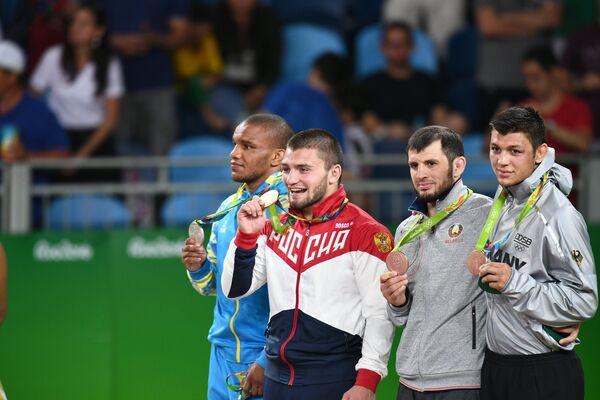 Жан Беленюк - серебряная медаль, Давит Чакветадзе - золотая медаль, Джавид Гамзатов и Денис Максимилиан Кудла - бронзовые медали (слева направо)