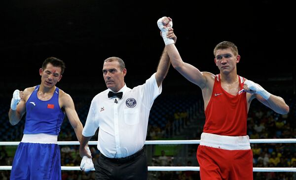 Российский боксер Виталий Дунайцев (справа)