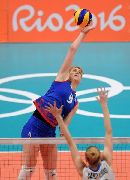 Блокирующая сборной России Анастасия Шляховая (справа) и доигровщица сборной Сербии Бранкица Михайлович