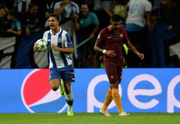 Полузащитник Порту Андре Силва и защитник Ромы Эмерсон дос Сантос (слева направо)