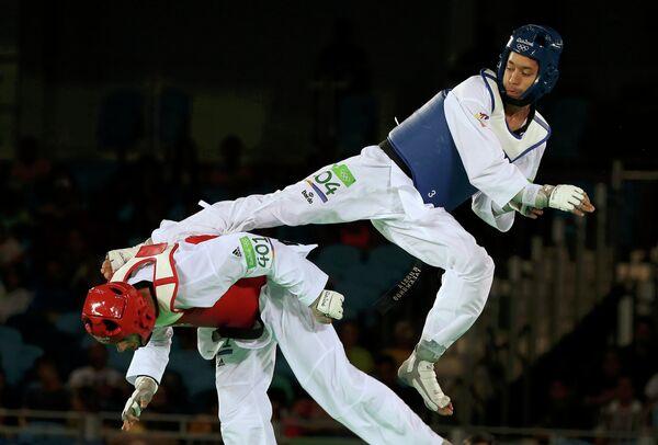 Алексей Денисенко (справа) в бою против Джауада Ашаба