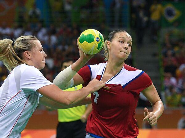 Гандболистка сборной России Дарья Дмитриева (справа)