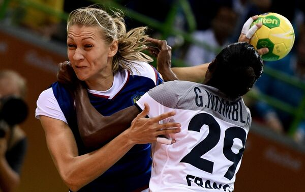 Игрок сборной России Ирина Близнова (слева) и игрок сборной Франции Гнонсьяне Ниомбла