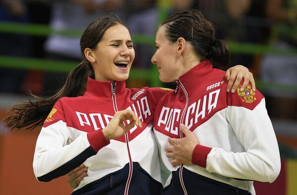 Гандболистки сборной России Екатерина Ильина (слева) и Майя Петрова