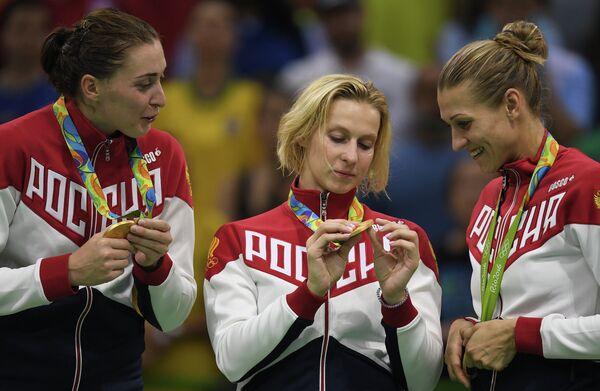 Гандболистки сборной России Виктория Жилинскайте, Екатерина Маренникова и Ирина Близнова (слева направо)