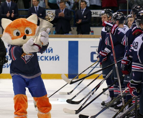 Талисман Металлурга (слева) и хоккеисты магнитогорского клуба