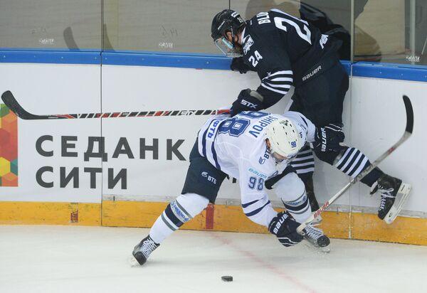 Нападающий Динамо (Москва) Илья Шипов (слева) и защитник Адмирала Джонатон Блум