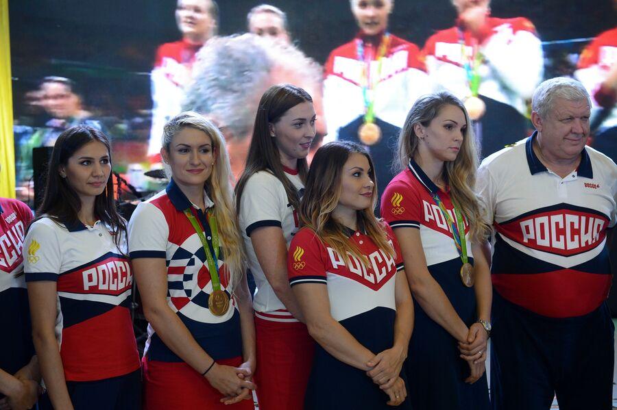 Главный тренер женской сборной России по гандболу Евгений Трефилов (справа)