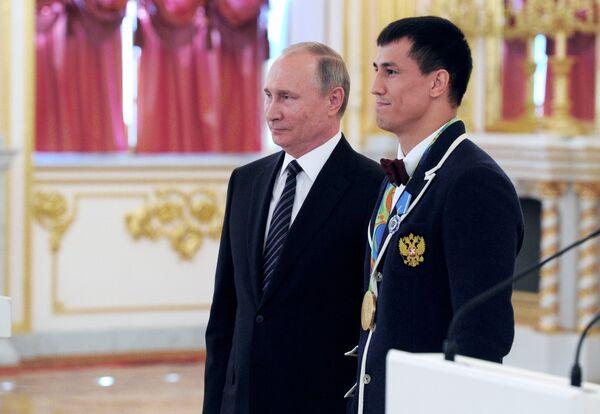 Президент РФ Владимир Путин (слева) и олимпийский чемпион по греко-римской Роман Власов