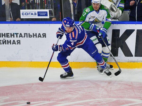 Нападающий СКА Ярно Коскиранта (слева) и форвард Салавата Юлаева Игорь Макаров