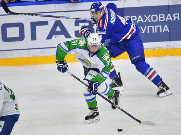 Форвард Салавата Юлаева Степан Хрипунов (слева) и нападающий СКА Ярно Коскиранта