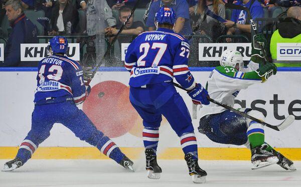 Хоккеисты СКА Павел Дацюк и Вячеслав Войнов и нападающий Салавата Юлаева Александр Нестеров (слева направо)