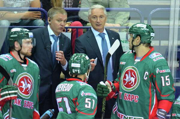 Тренер Ак Барса Александр Завьялов и главный тренер Ак Барса Зинэтула Билялетдинов (слева направо на втором плане)