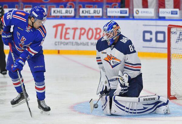Нападающий СКА Сергей Плотников (слева) и вратарь Металлурга Василий Кошечкин