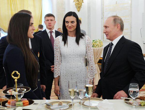 Владимир Путин, Наталья Воробьева и Елена Исинбаева (в центре)