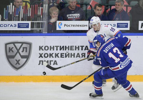 Форвард СКА Павел Дацюк (слева) и нападающий Лады Георгий Белоусов