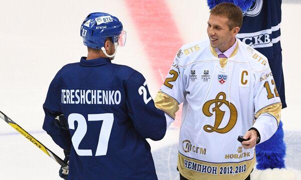 Бывший капитан Динамо, завершивший карьеру профессионального хоккеиста в 2016 году Юрий Бабанко (справа) и капитан Динамо Алексей Терещенко