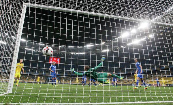 Игровой момент матча европейского отборочного турнира чемпионата мира 2018 года между сборными Украины и Исландии
