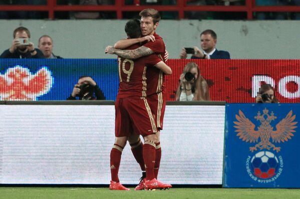 Футболисты сборной России Александр Самедов (слева) и Федор Смолов