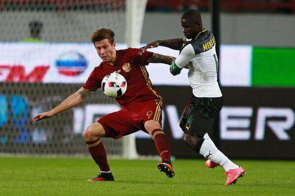 Нападающий сборной России Федор Смолов (слева) и защитник сборной Ганы Джонатан Менса