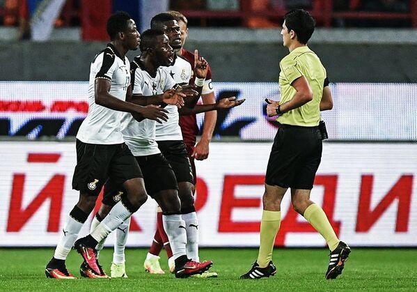 Футболисты сборной Ганы и главный судья матча Алияр Агаев (справа)