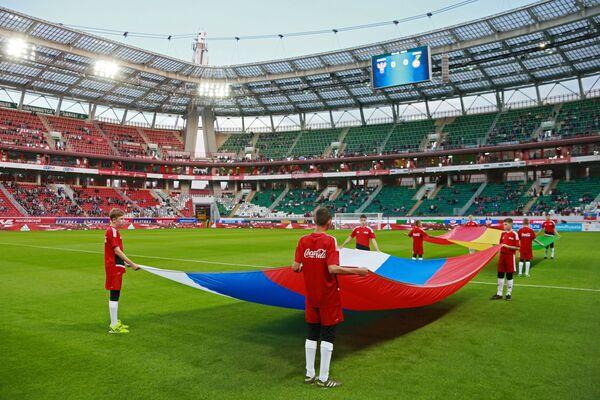 Государственные флаги России и Ганы