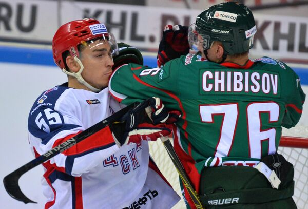 Защитник ЦСКА Богдан Киселевич (слева) и нападающий Ак Барса Андрей Чибисов