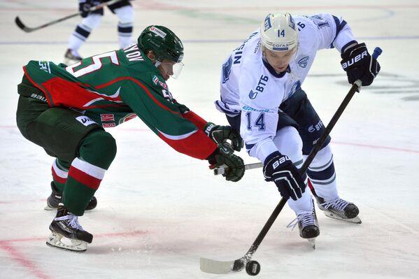 Нападающий Ак Барса Владимир Ткачёв (слева) и нападающий Динамо Егор Дугин