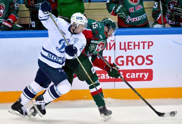 Нападающие Динамо Константин Горовиков (слева) и Ак Барса Александр Свитов
