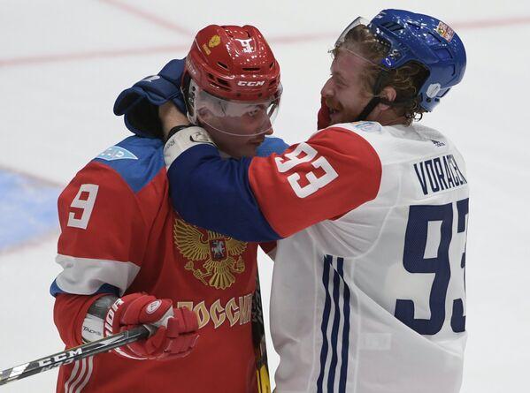 Игроки сборной России Дмитрий Орлов (слева) и сборной Чехии Якуб Ворачек