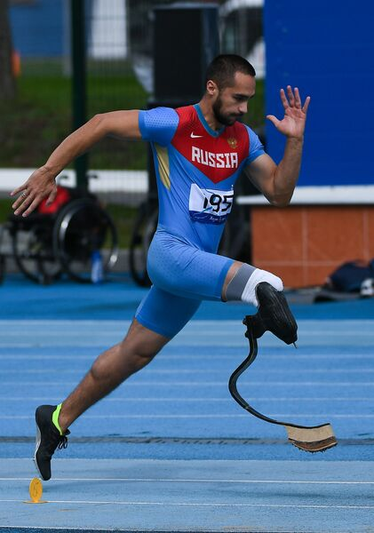 Вадим Алешкин во время прыжков в длину в классе F44 среди мужчин на легкоатлетическом турнире Всероссийских паралимпийских соревнований