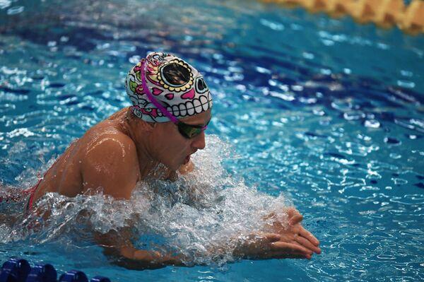 Спортсменка во время заплыва на Всероссийских паралимпийских соревнованиях