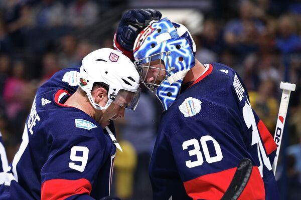 Нападающий сборной США по хоккею Зак Паризе и вратарь Бен Бишоп (слева направо)