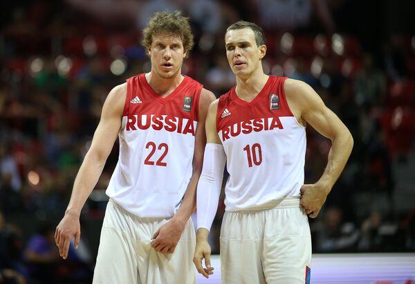 Баскетболисты сборной России Дмитрий Кулагин (слвеа) и Сергей Быков