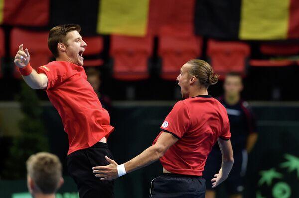 Теннисисты сборной Бельгии Рубен Бемельманс (справа) и Йорис Де Лооре