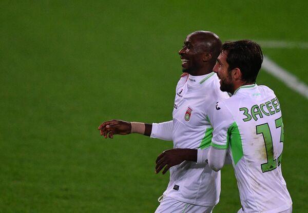 Футболисты Уфы Кеинде Фатай (слева) и Азамат Засеев